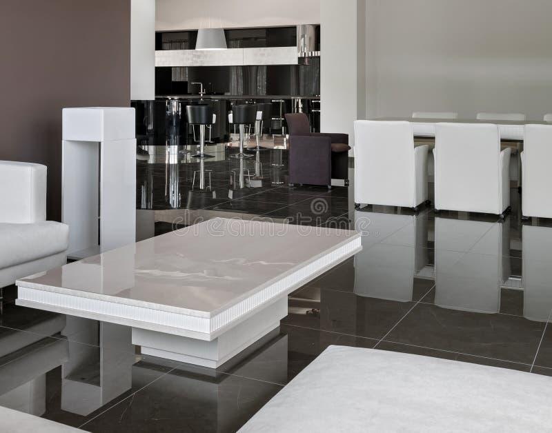 Intérieur moderne avec la grands table, chaises et salon dans le daylig photo stock