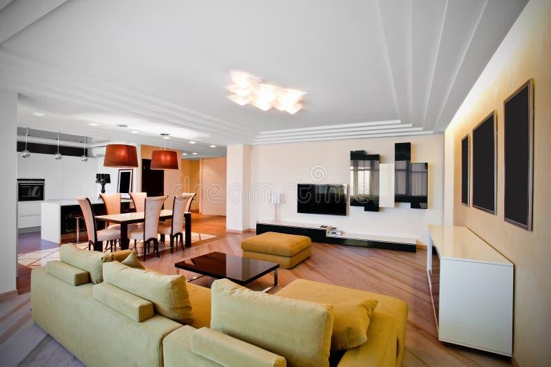 Intérieur moderne d'un salon dans des tons légers images stock