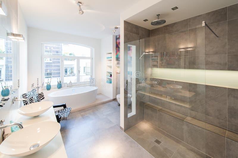 Intérieur moderne d'une salle de bain avec la grande cabine de douche photos stock