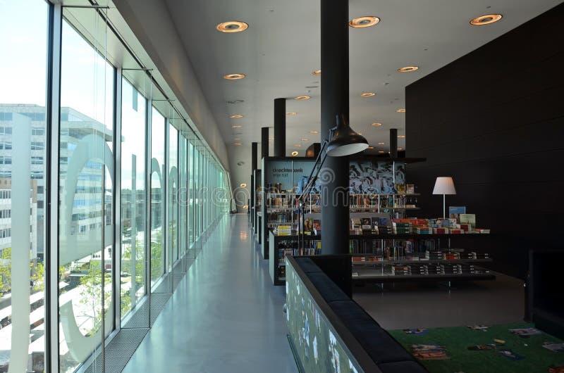 Intérieur moderne de bibliothèque photographie stock