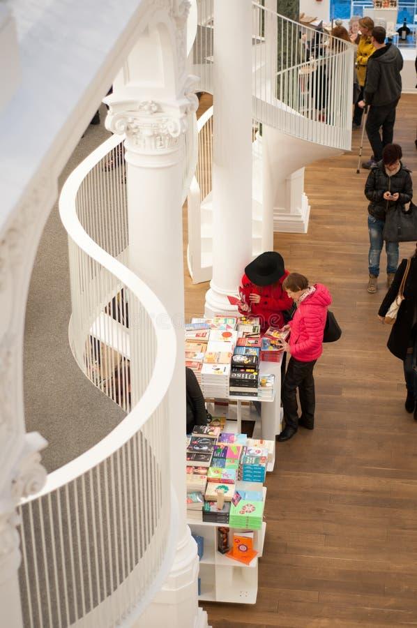 Intérieur moderne de bibliothèque photo stock