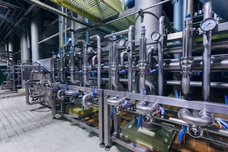 Intérieur moderne de brasserie Les tuyaux d'acier inoxydables industriels se sont reliés aux cuves et aux soupapes de commande photo stock