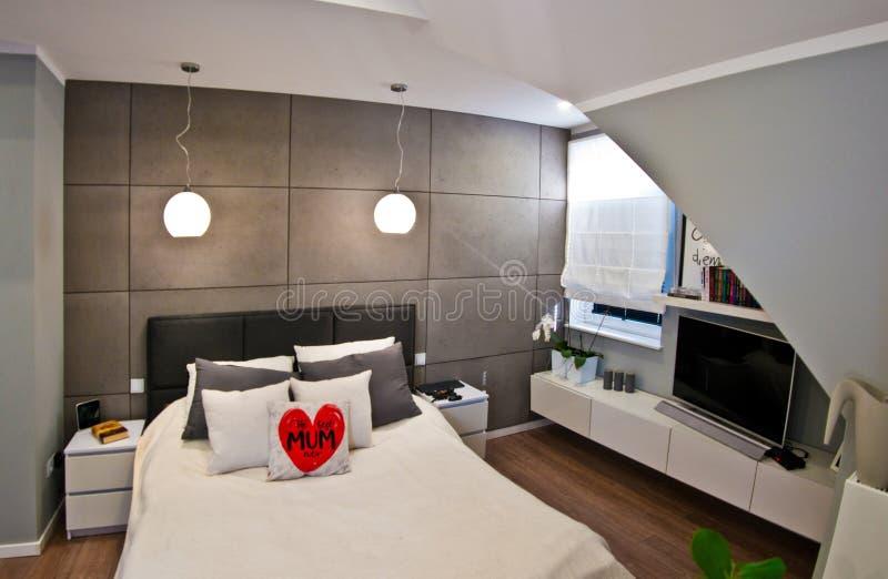 Intérieur moderne de chambre à coucher dans la chambre de grenier grande-angulaire images libres de droits