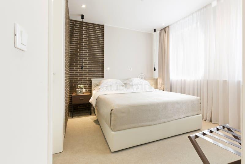 Intérieur moderne de chambre à coucher en appartement de luxe photographie stock libre de droits
