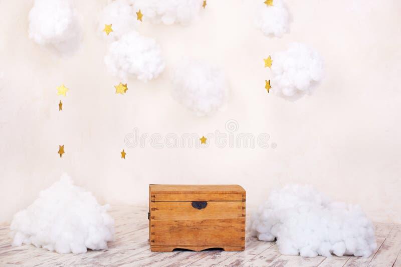 Intérieur moderne de cru de la pièce d'enfants avec un vieux coffre en bois sur le fond d'un mur texturisé avec des nuages ` S p  photo libre de droits