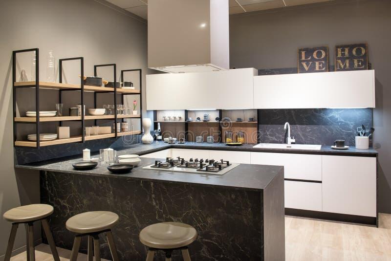 Intérieur moderne de cuisine avec l'île et la fraise-mère de centre image libre de droits