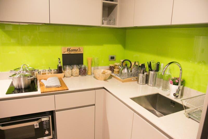 Intérieur moderne de cuisine dans le condominium photographie stock