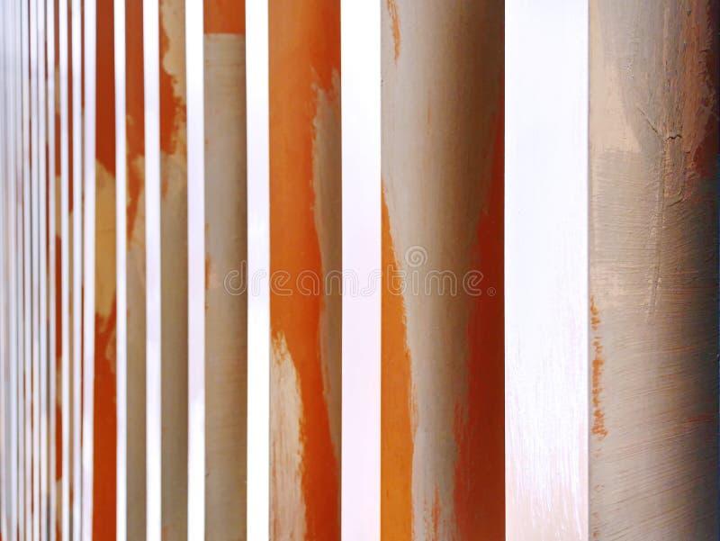 Intérieur moderne de mur décoré des colonnes verticales image libre de droits