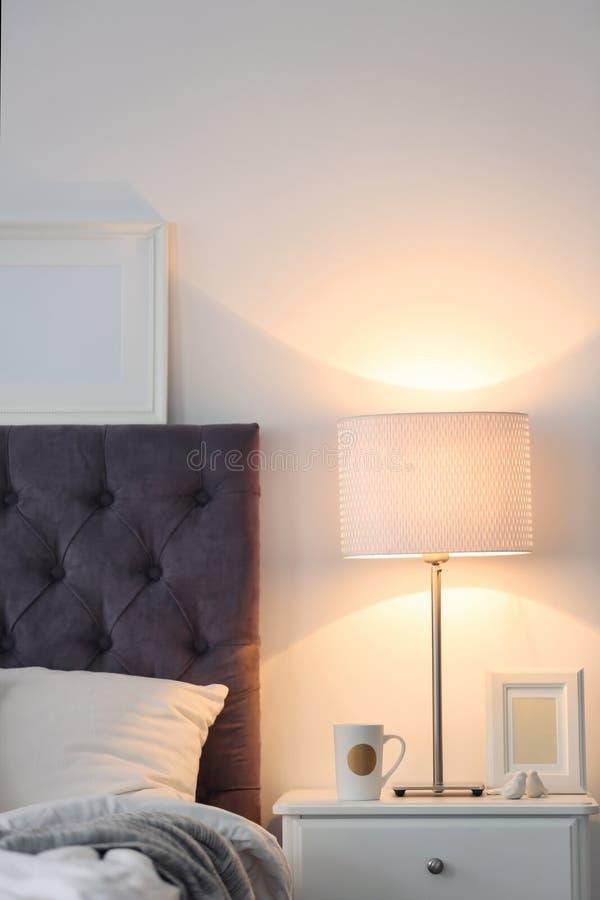 Intérieur moderne de pièce avec le lit confortable images stock