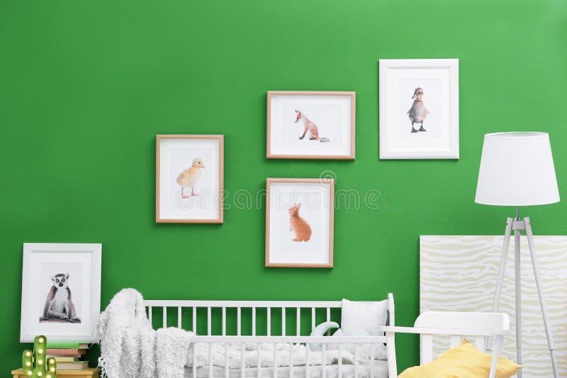 Intérieur moderne de pièce du ` s d'enfant avec l'animal image libre de droits