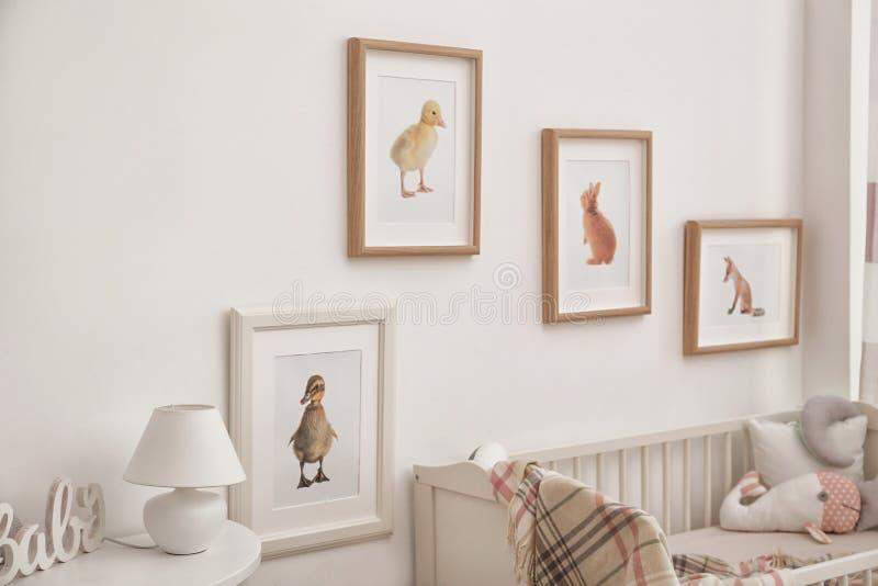 Intérieur moderne de pièce du ` s d'enfant avec l'animal photos libres de droits