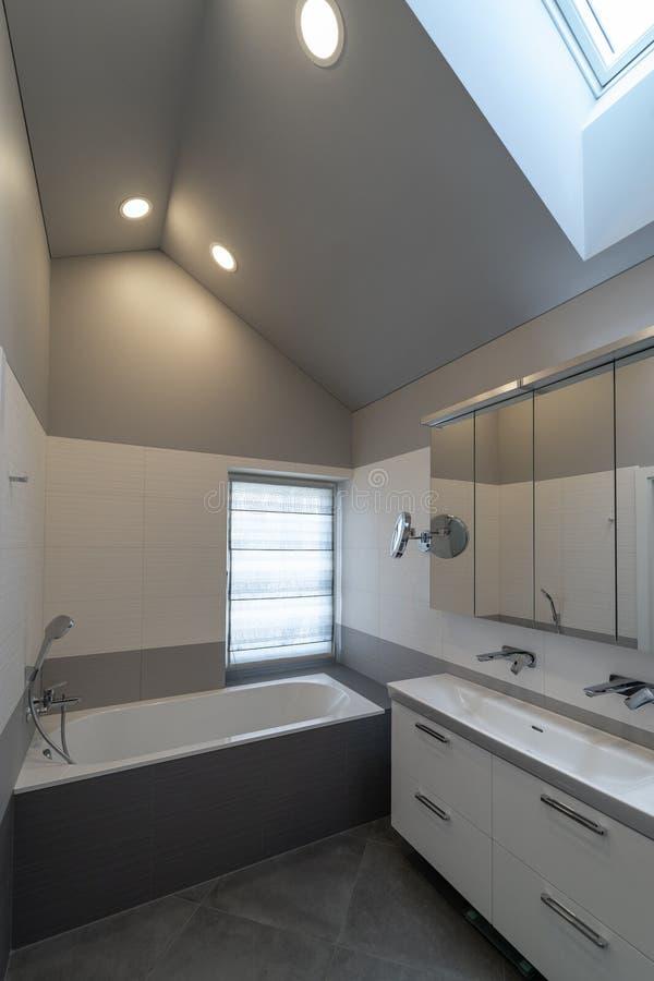 Intérieur moderne de salle de bains dans le grenier photographie stock libre de droits