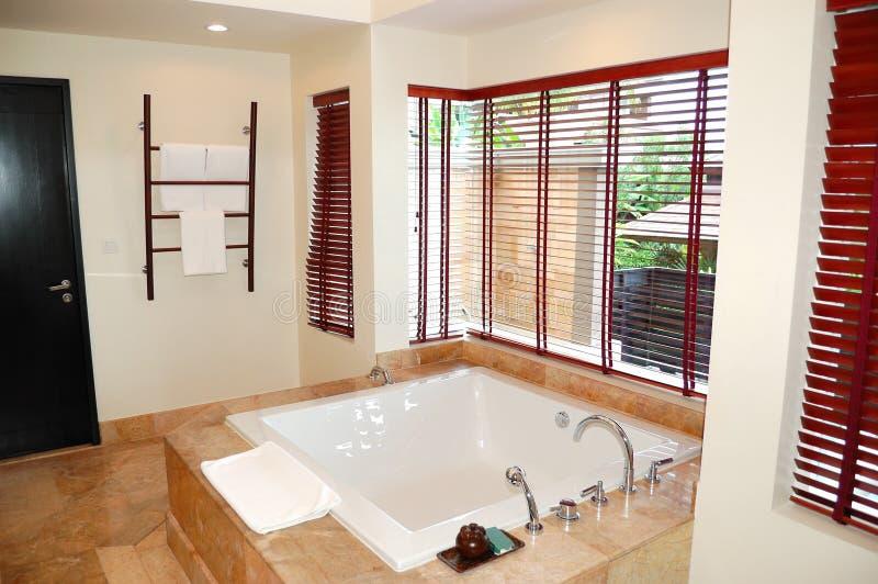 int rieur moderne de salle de bains la villa de luxe photo stock image du pi ce oreiller. Black Bedroom Furniture Sets. Home Design Ideas