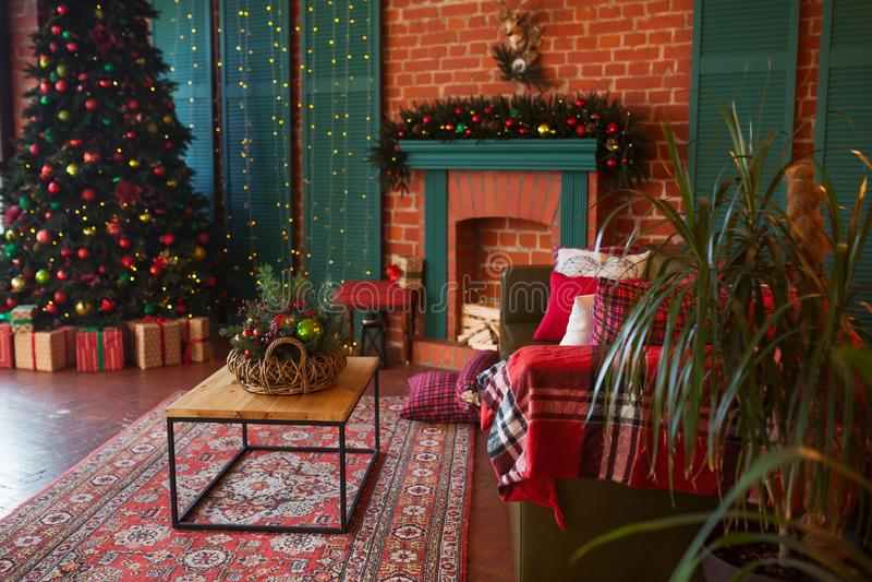 Intérieur moderne de salle de séjour Arbre de Noël créatif, cheminée contemporaine et grand sofa olive dans l'intérieur de grenie photos stock