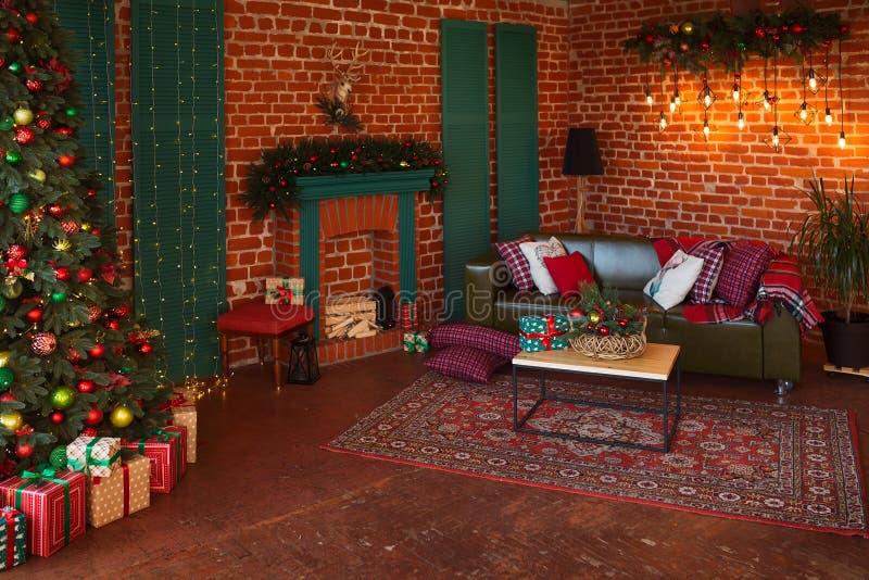Intérieur moderne de salle de séjour Arbre de Noël créatif, cheminée contemporaine et grand sofa olive dans l'intérieur de grenie images libres de droits
