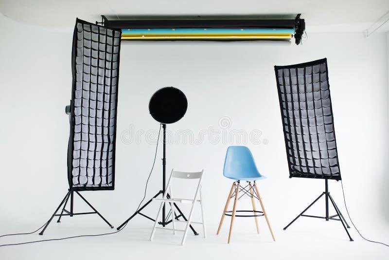 Intérieur moderne de studio de photo avec le matériel d'éclairage professionnel image stock