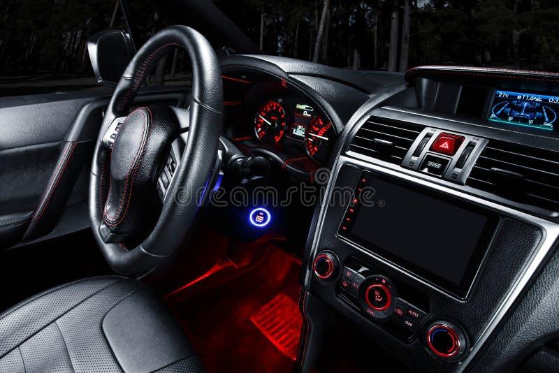 Intérieur moderne de voiture de la meilleure qualité avec les sièges en cuir photos stock