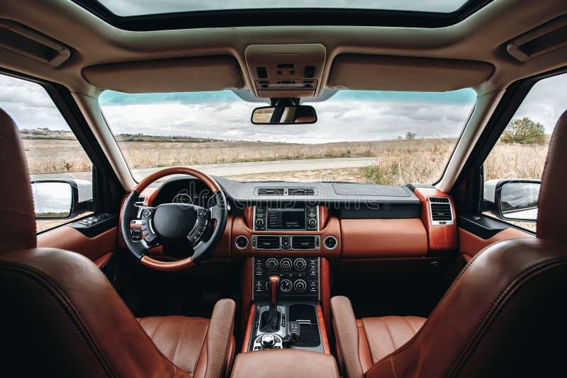 Intérieur moderne de voiture de la meilleure qualité avec les sièges en cuir images stock