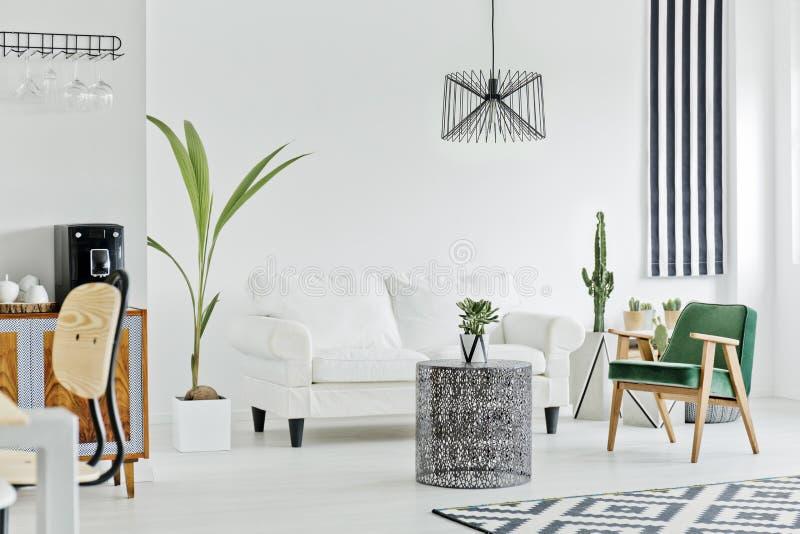 Intérieur multifonctionnel avec le sofa blanc images libres de droits