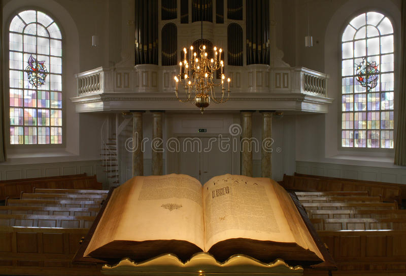 Intérieur néerlandais d'église de protestants, vu du pupitre photos libres de droits