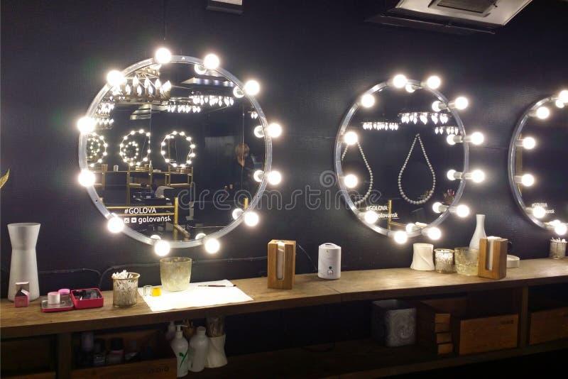 Intérieur noir atmosphérique dans le salon de beauté Miroirs avec les ampoules Placez pour composent photographie stock