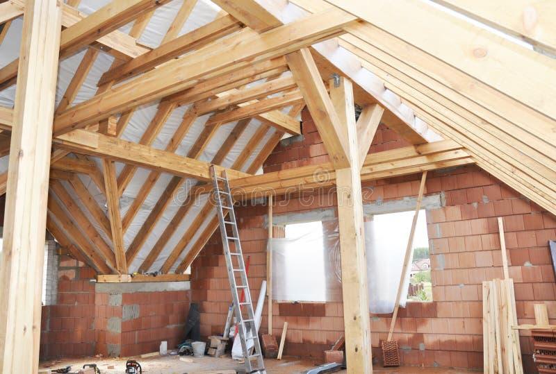 Intérieur non fini de construction de grenier de Chambre Maison ATT de bâtiment photos stock