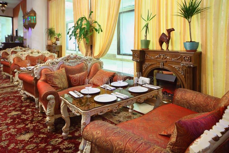 Intérieur oriental de beau restaurant photo stock