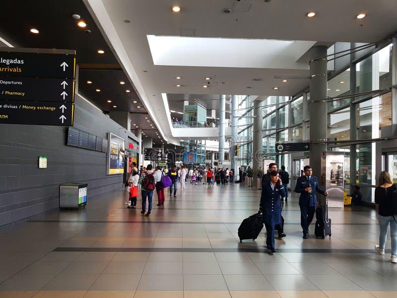 Intérieur ou intérieur de l'EL Dorado d'aéroport à Bogota avec le touriste et le pilote internationaux de t image libre de droits