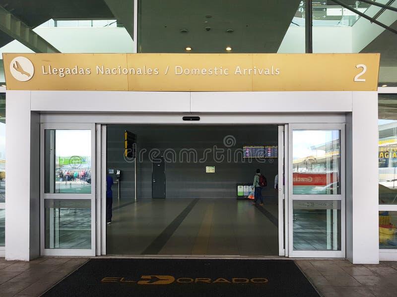 Intérieur ou intérieur de l'EL Dorado d'aéroport à Bogota avec le touriste et le pilote internationaux de t photo libre de droits