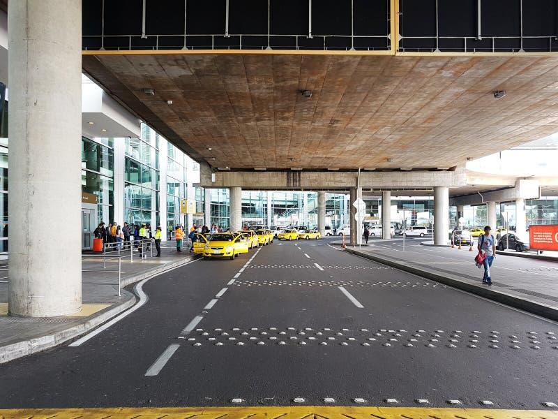 Intérieur ou intérieur de l'EL Dorado d'aéroport à Bogota avec le touriste et le pilote internationaux de t images libres de droits