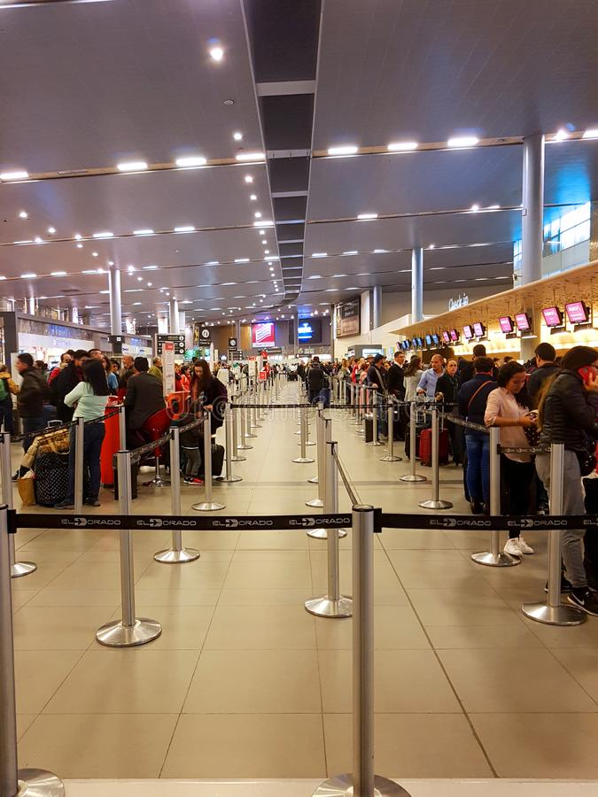 Intérieur ou intérieur de l'EL Dorado d'aéroport à Bogota avec le touriste et le pilote internationaux de t photographie stock libre de droits