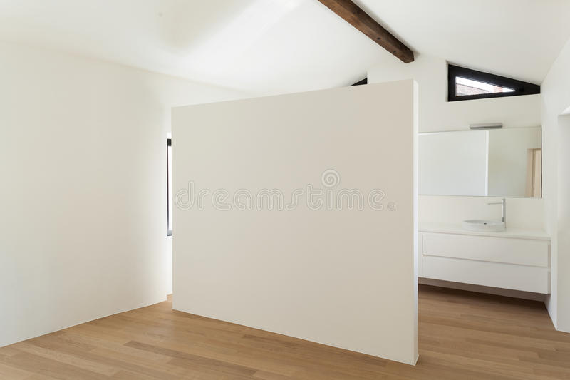 Intérieur, pièce avec la salle de bains blanche photographie stock libre de droits