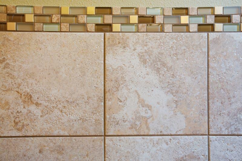 Intérieur principal de salle de bains avec la fin des tuiles de mur image libre de droits
