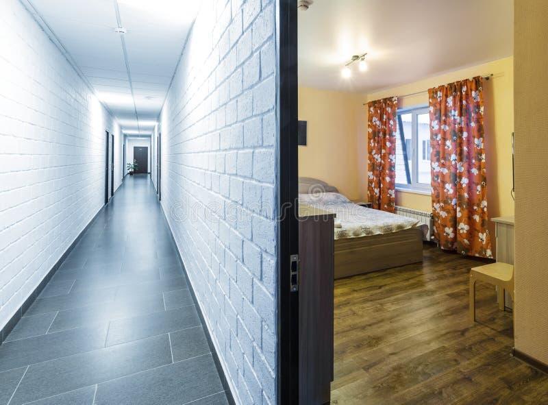 Intérieur raisonnable de couloir d'hôtel, couloir blanc avec les portes rares, menant dans des chambres d'hôtel photographie stock libre de droits