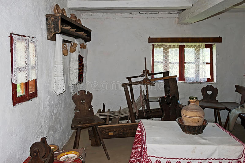 Intérieur roumain de ferme, avec le détail de métier à tisser images libres de droits