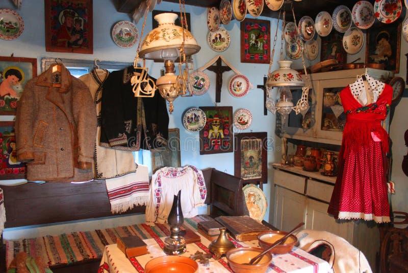 Intérieur roumain traditionnel de maison image stock