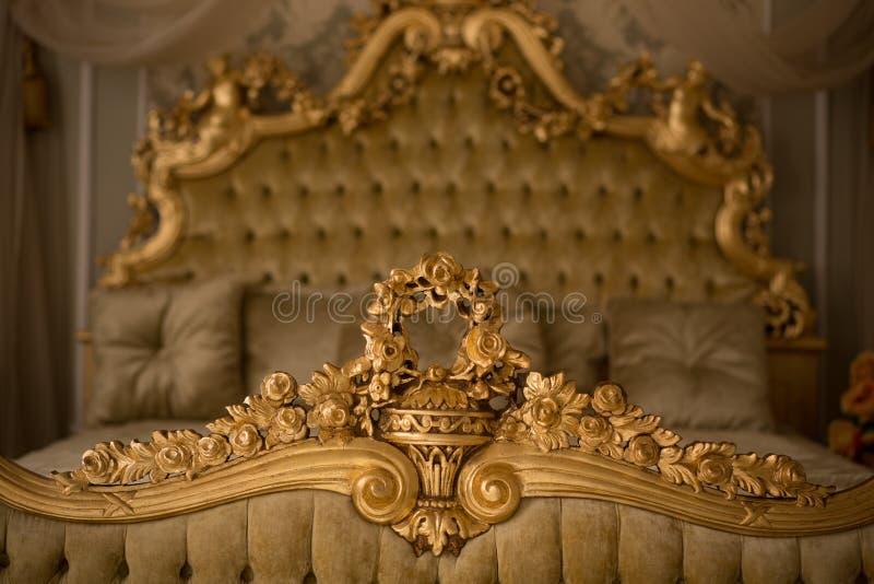 Intérieur royal de chambre à coucher photo stock