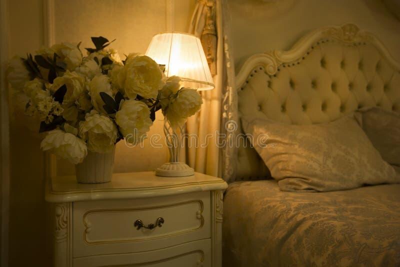 Intérieur royal de luxe Lit luxueux avec la lampe de coussin et de support image libre de droits
