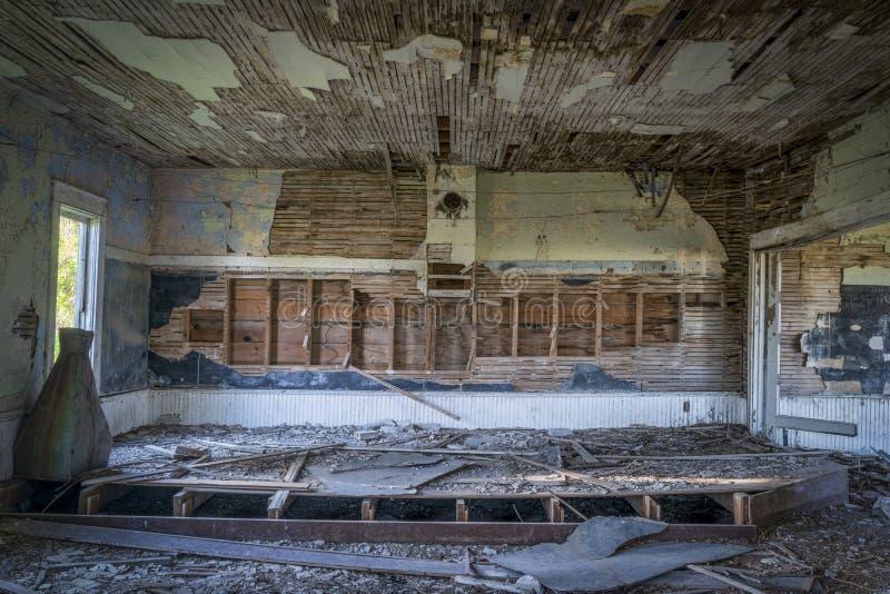 Intérieur ruiné d'une vieille maison abandonnée d'école images libres de droits