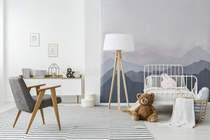Intérieur scandinave monochromatique de chambre à coucher du ` s d'enfant photo stock