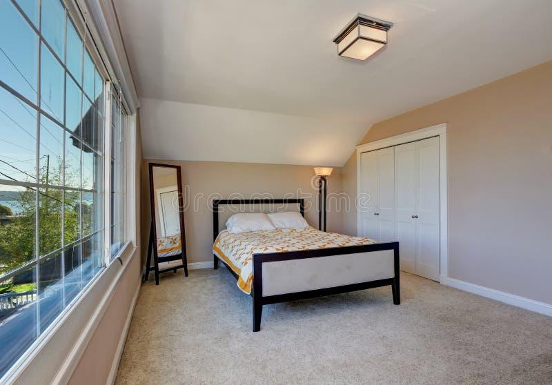 Intérieur simple pourtant élégant de chambre à coucher avec le plafond voûté images libres de droits