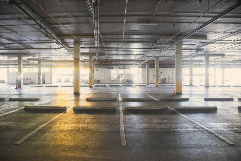 Intérieur souterrain de garage vide de voiture dans le supermarché photographie stock libre de droits