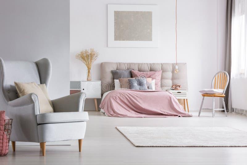 Intérieur spacieux de chambre à coucher en pastel légère photos stock