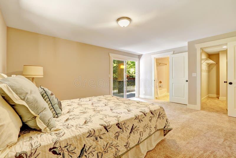 Intérieur spacieux de chambre à coucher principale avec la plate-forme de débrayage photographie stock libre de droits