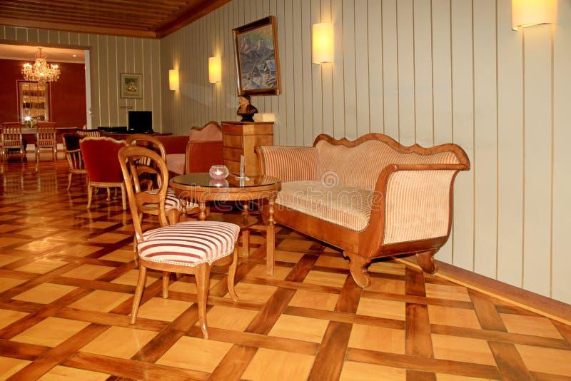 Intérieur suisse de lobby d'hôtel de pays avec les meubles et le De classiques photo stock