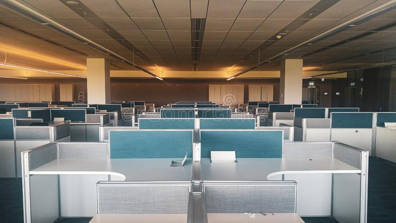 Intérieur symétrique de bureau avec le long couloir image stock