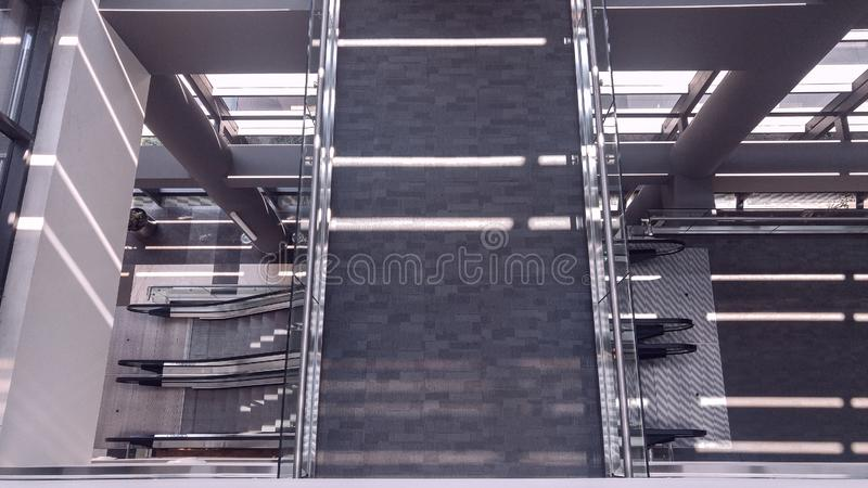 Intérieur symétrique de bureau avec le long couloir photos stock