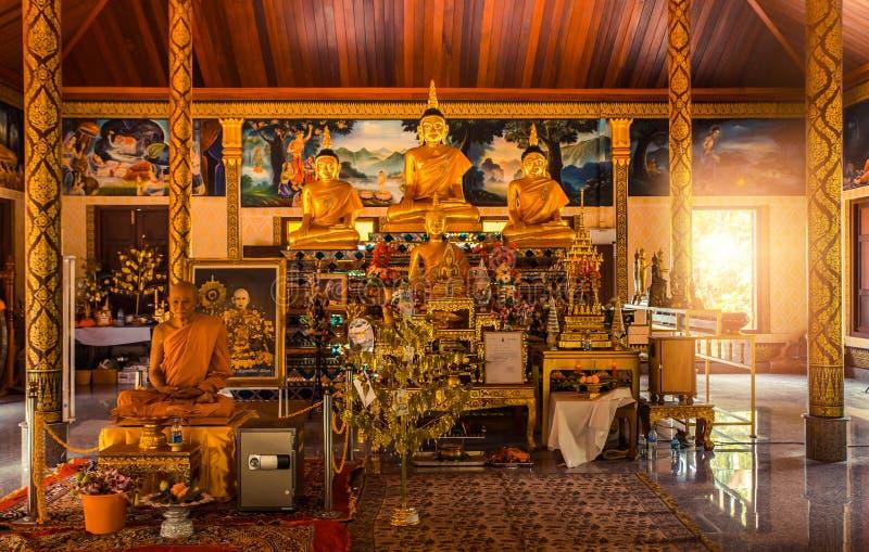 Intérieur thaïlandais de temple avec Bouddha Wat Patong Suwankeereewong Temple Phuket, Thaïlande photographie stock