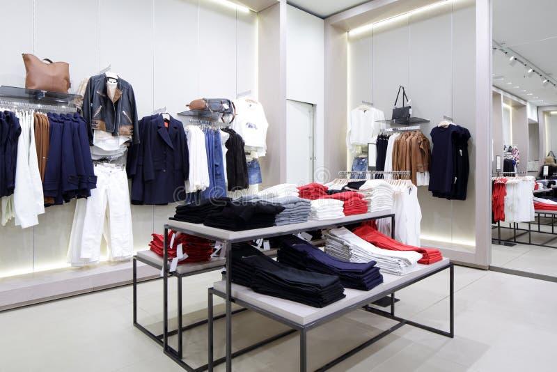 Intérieur tout neuf de magasin de tissu images stock
