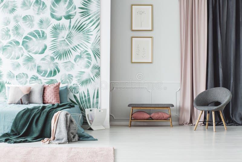 Intérieur vert de chambre à coucher avec des affiches images stock